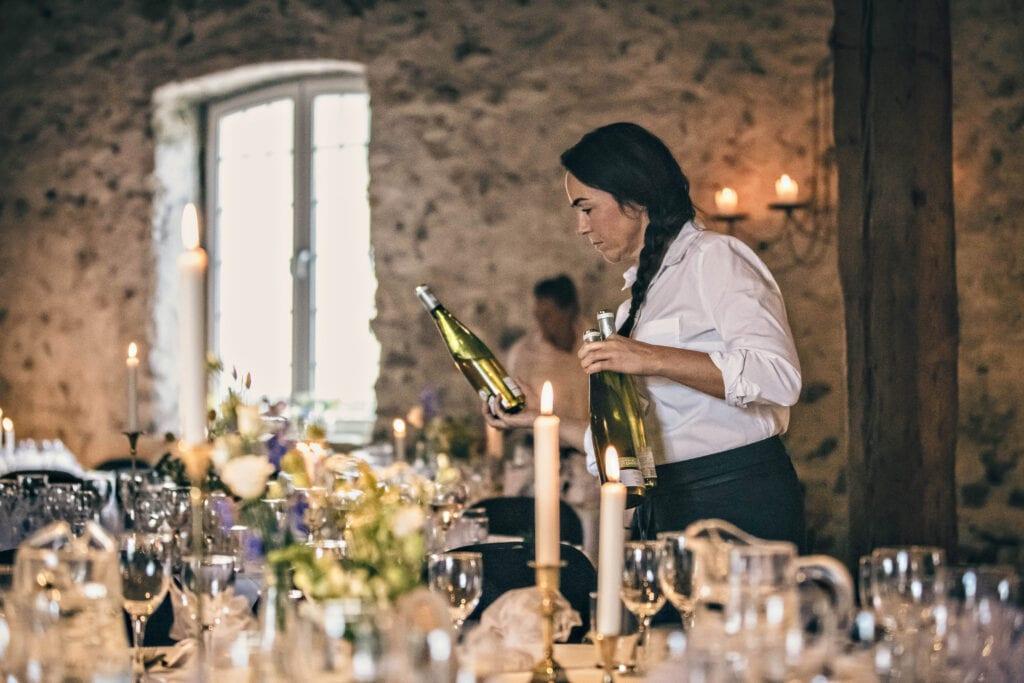 Tjener serverer vin til bryllup i 1877-Laden