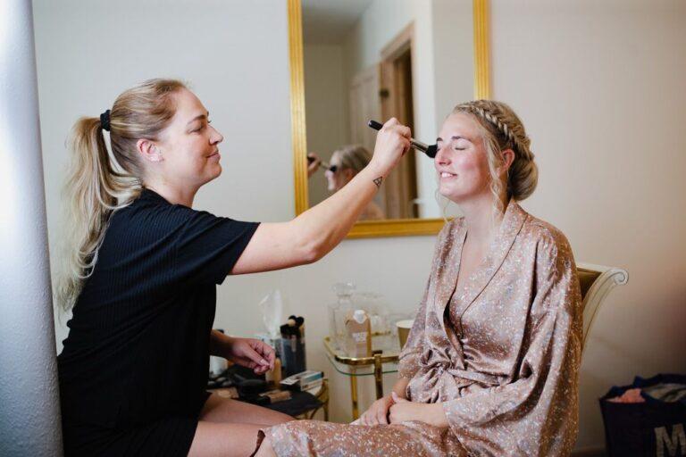 Denise får lagt makeup af ByKragskov